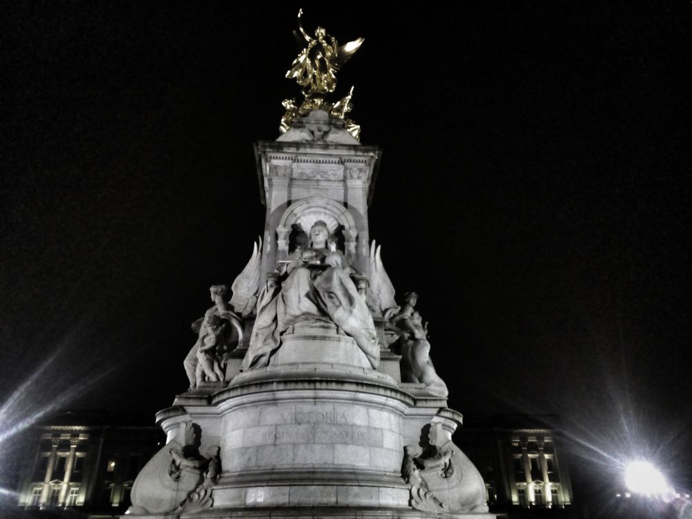 Bachinham Palace at night, Victoria Statue